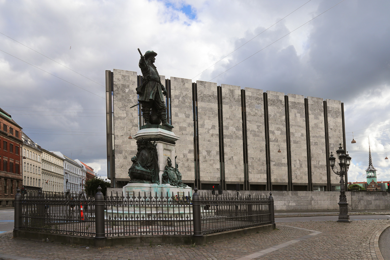 19-plazastatue